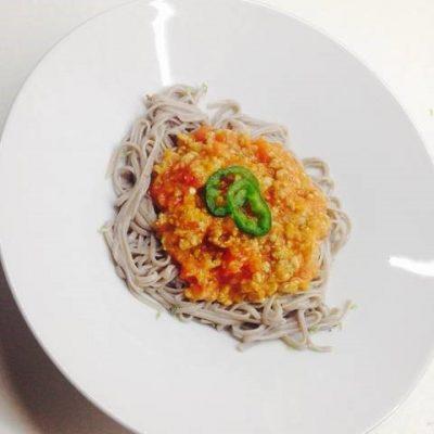Espaguetis de trigo sarraceno con salsa de tomate